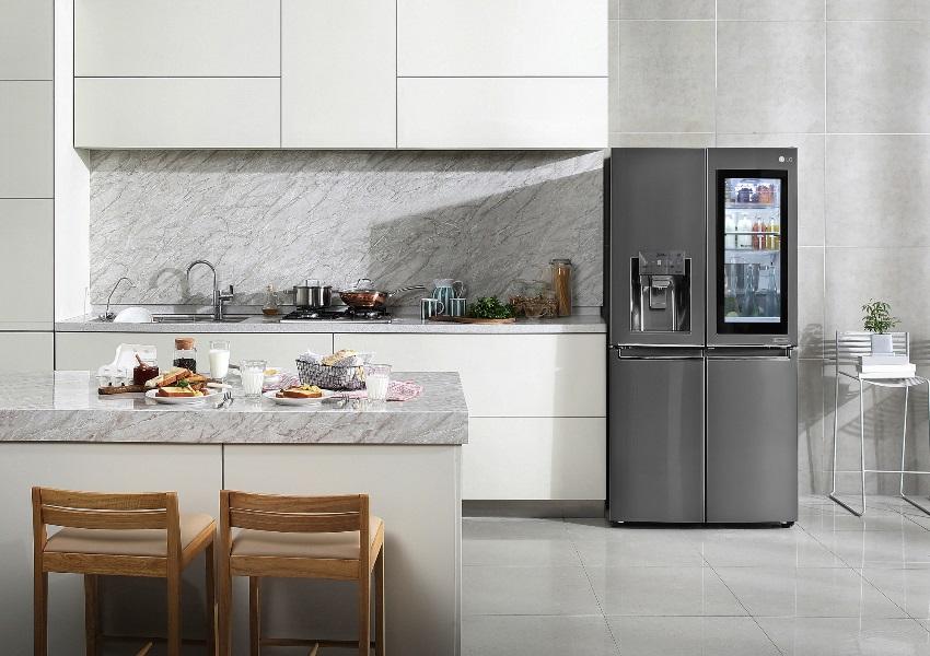 Холодильник со стеклянной дверью прекрасно будет смотреться на кухне в стиле хай-тек
