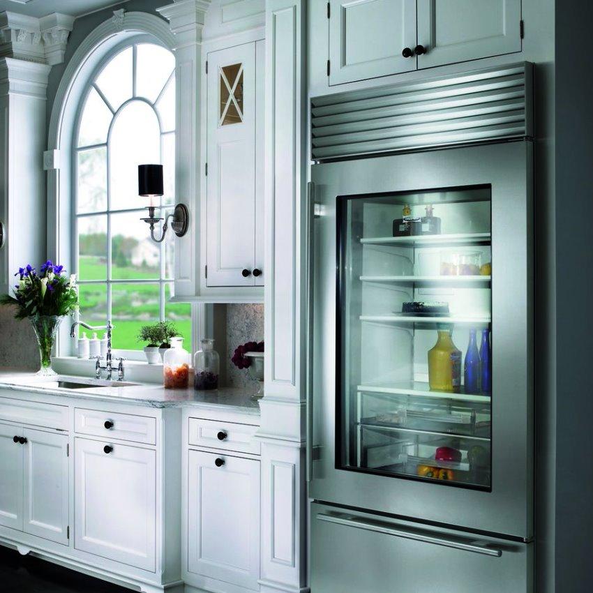 Стеклянную дверь холодильника можно повесть с любой удобной стороны