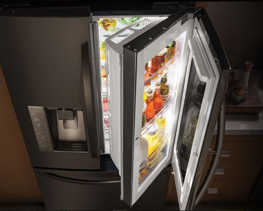 Затемненное стекло холодильника помогает скрыть беспорядок на полках