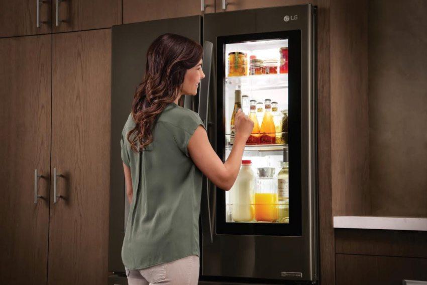 Продукты в холодильнике можно увидеть постучав по стеклянной панели дверцы