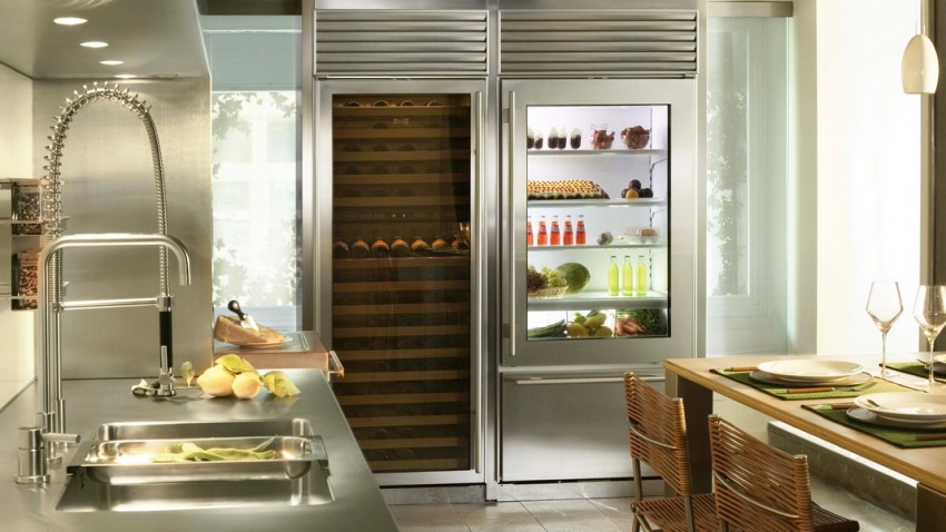 Продукты на полках прозрачного холодильника должны правильно и красиво располагаться