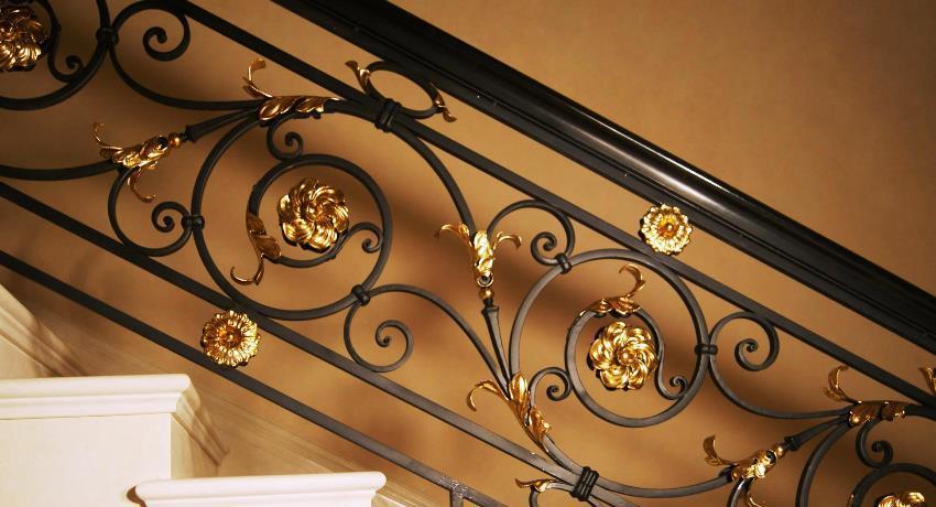 Элементы холодной ковки можно использовать для украшения лестницы