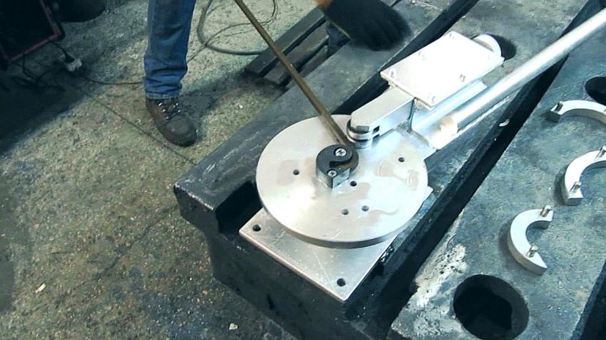 Создавать кованые элементы можно используя инструменты фонарик и твистер