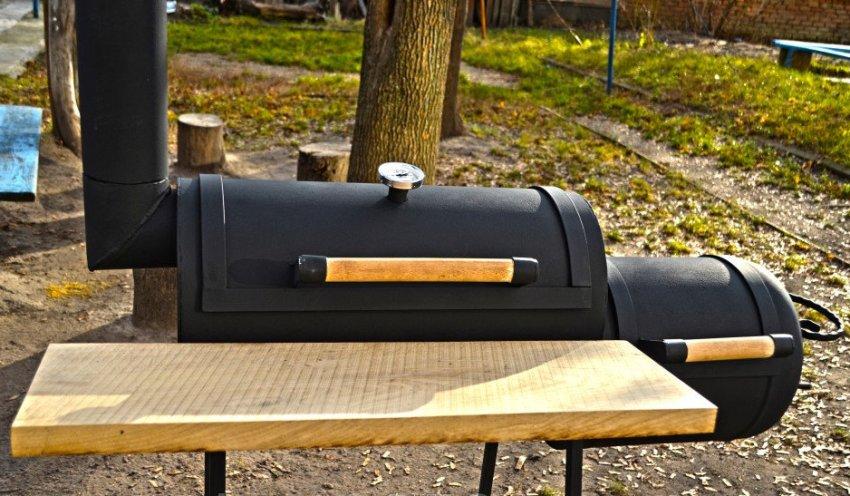 Существует множество видов коптилень в которых можно делать горячее копчение продуктов