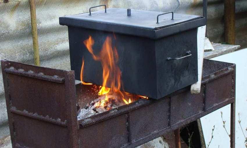 Источник горения для коптильни горячего копчения может быть выбран любой