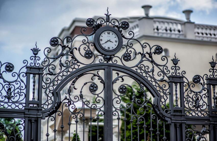 Единый стиль забора и ворот -главное правило при оформлении ограждения участка