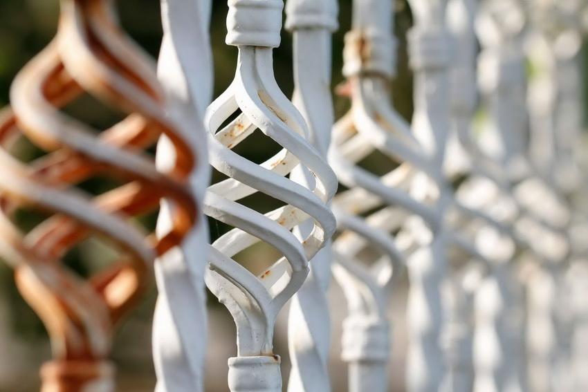 Украшение кованой изгороди декоративными элементами повышает цену сооружения