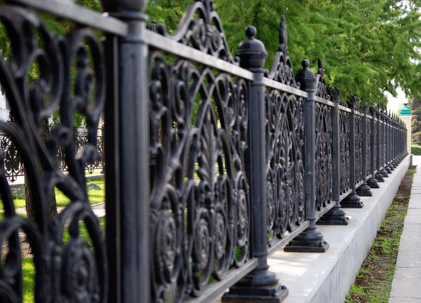 Массивные кованые сооружения стоят весьма дорого, но и служат десятилетиями