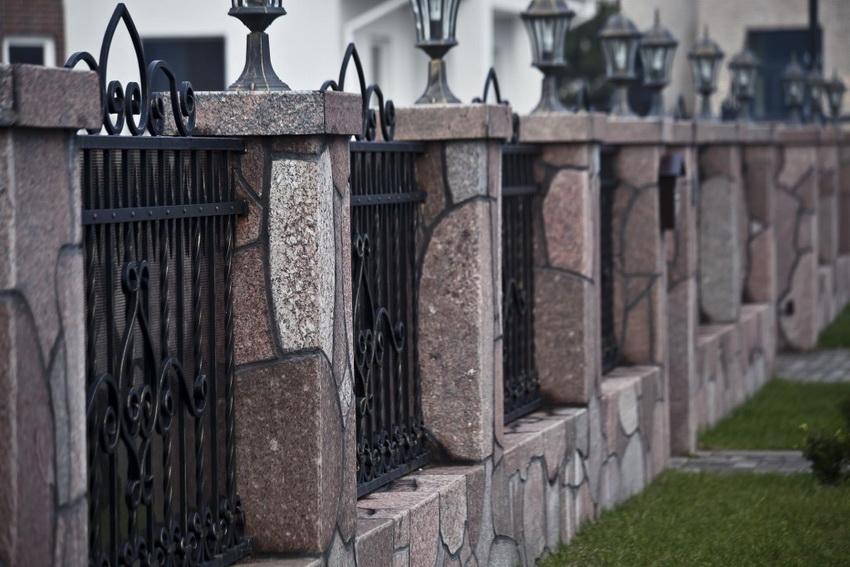 Комбинирование камня, ковки и профнастила - удачное решение для создания красивого и надежного забора
