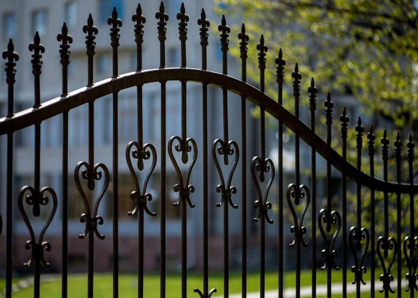 Забор из металла является надежным сооружением, которое способно прослужить много лет