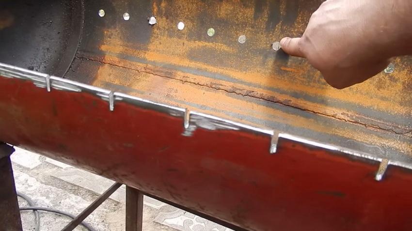 Следующий этап - просверливание в корпусе отверстий под шампуры