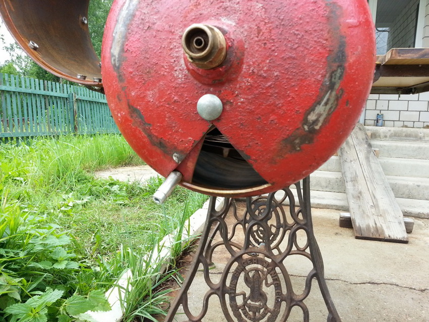 Для обеспечения вентиляции в баллоне делают специальное отверстие