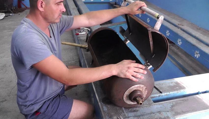 Для удобства использования к мангалу привариваются ручки