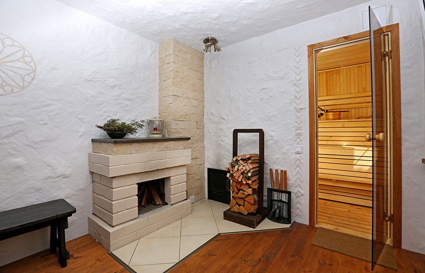 Для создания приятной расслабляющей атмосферы в комнате можно разместить настоящий или декоративный камин