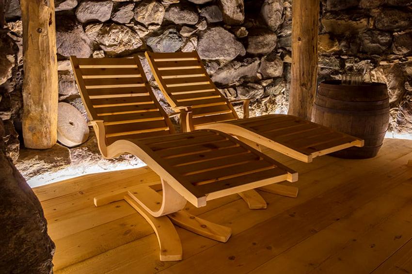Самый подходящий материал для изготовления мебели в баню – это дерево