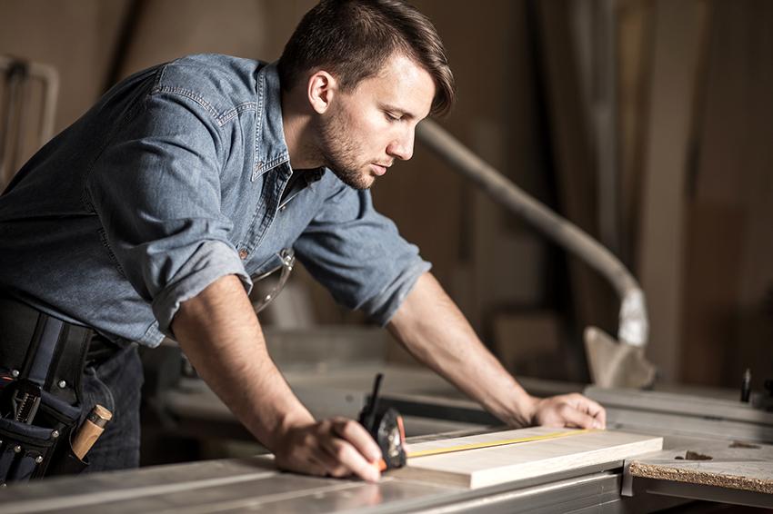 Чтобы изготовить красивую мебель для бани необходимо произвести точные замеры