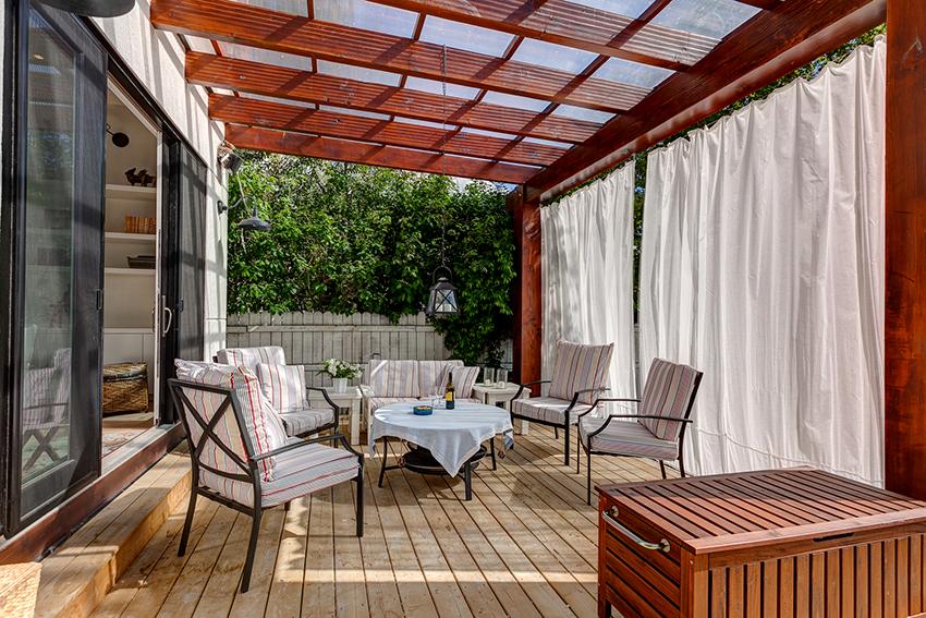 Самыми необходимыми элементами мебели в беседках и верандах являются столы и стулья