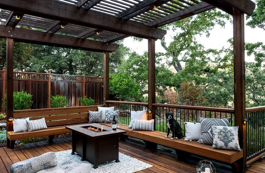 Самым популярным материалом для мебели в беседку является древесина