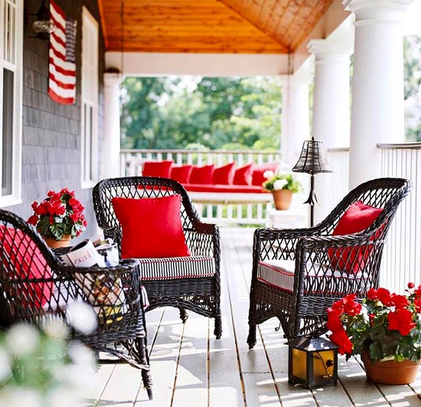 На открытой веранде будут хорошо смотреться легкие стулья из ротанга