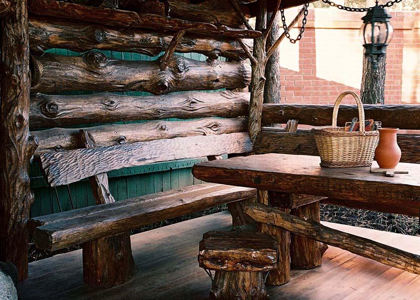 Из бревен можно изготовить стол, стулья или лавку для беседки