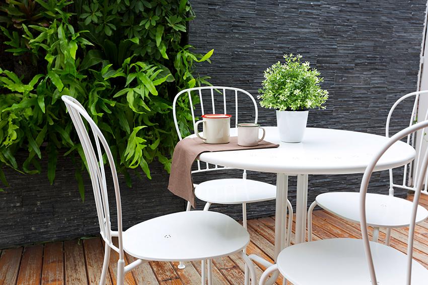 Столы для беседки могут быть разнообразной формы, кроме того, конструкции могут быть стационарными и переносными