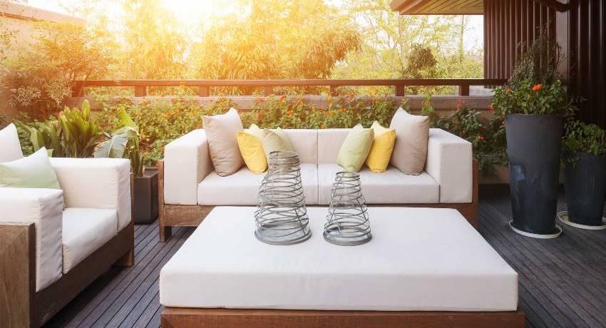 Большая мягкая мебель сделает террасу прекрасным местом для отдыха