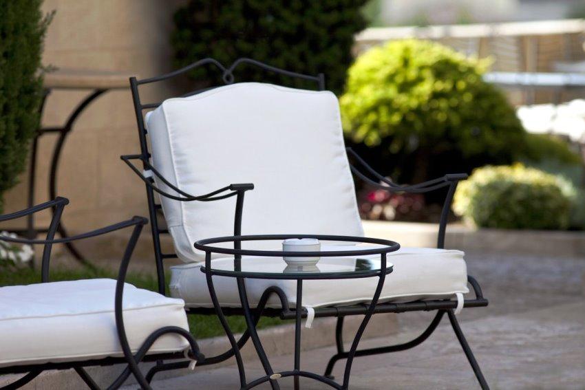 Металлическая мебель для террасы более прочная и может дополняться мягкими элементами