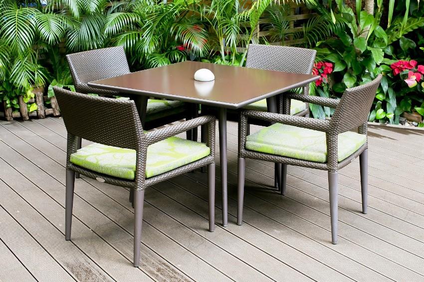 Сплести мебель для веранды можно из натурального или искусственного ротанга