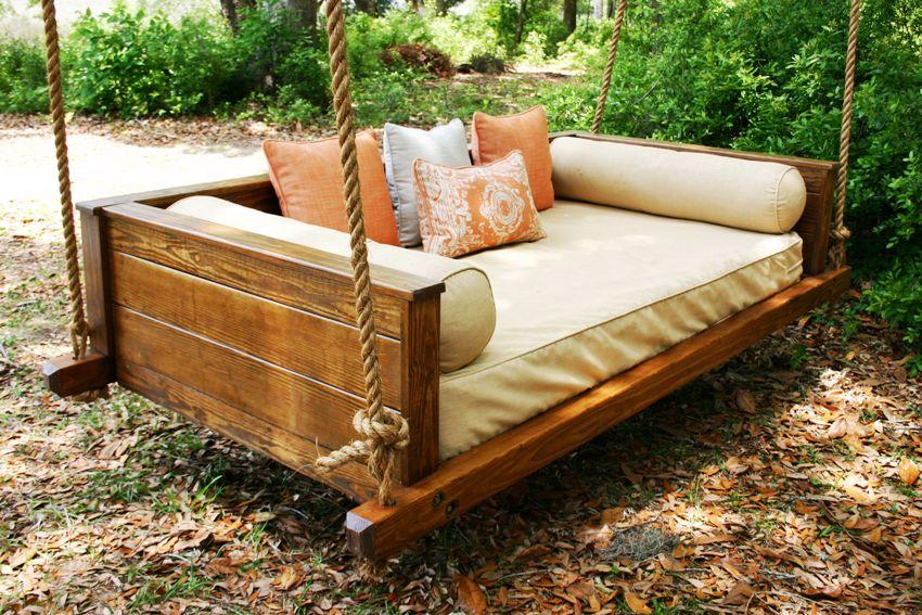 Самым распространенным материалом для дачной мебели является дерево, которое как нельзя лучше вписывается в ландшафт участка