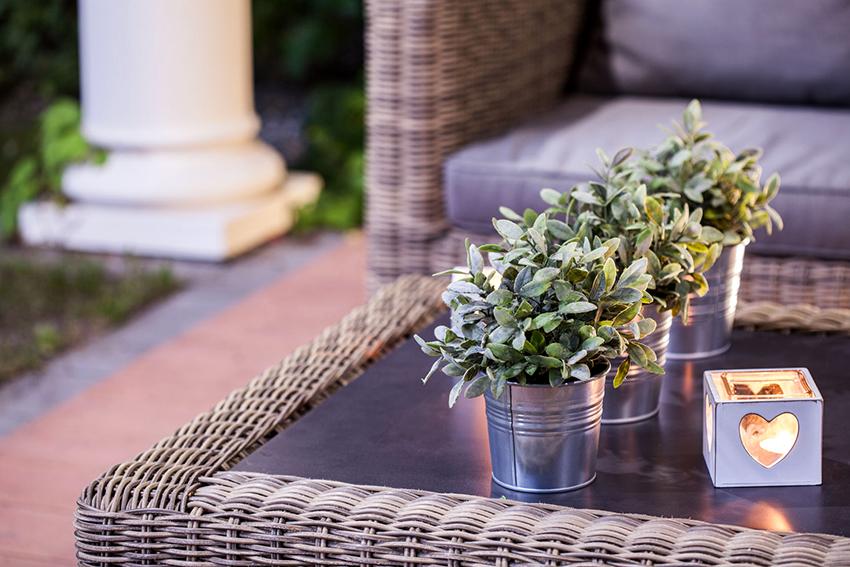 На террасе или в беседке можно поставить стильный журнальный столик из ротанга
