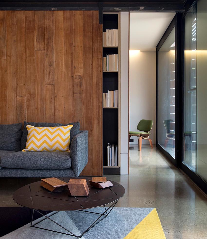 Шкафы, изготовленные из сосны, могут иметь одну или несколько створок, быть покрыты лаком или окрашены в любой цвет