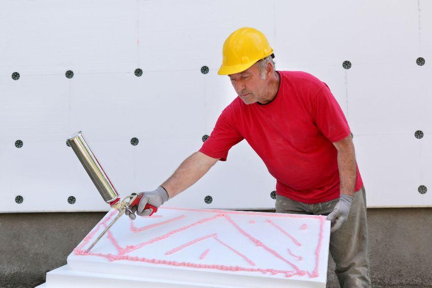 Утеплитель из пенополистирола можно крепить к стене при помощи специального клея-пены, который наносится пистолетом для баллончиков с монтажной пеной