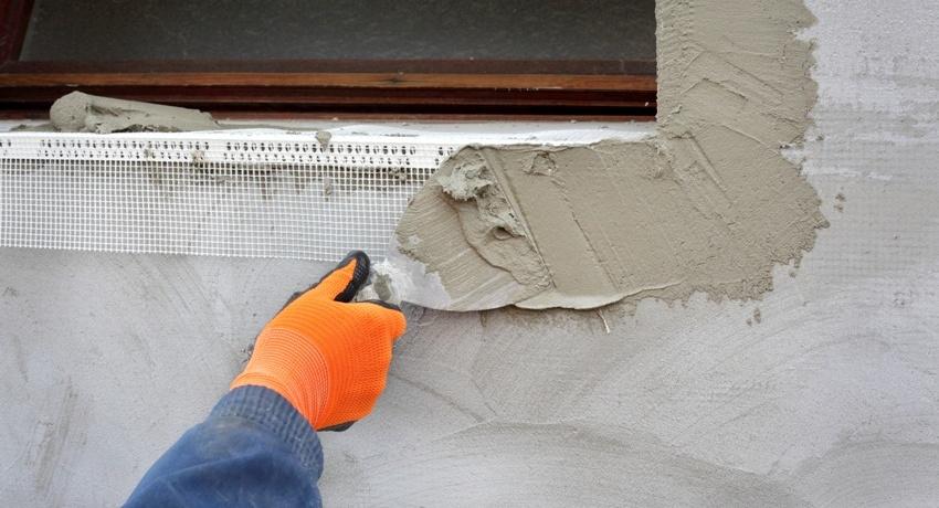 На углы здания монтируются отдельные, особо прочные уголки из армирующей сетки