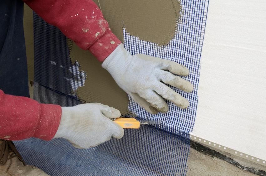 Армирующий слой из стеклосетки закрепляется на клеевую основу, которая наносится специальным зубчатым шпателем