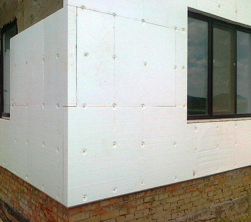 Пенопласт не боится влаги и сырости, поэтому чаще применяется для утепления снаружи