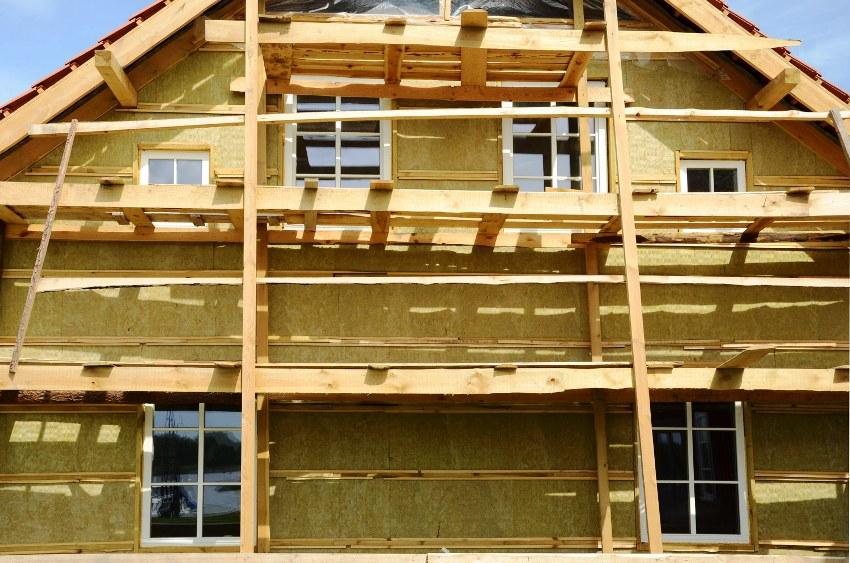При правильном выборе материла и соблюдении инструкций, гарантийный срок службы мокрого фасада с утеплением минватой, может достигнуть 40 лет