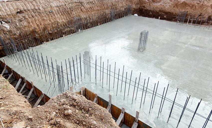Монолитный фундамент часто имеет ребра жесткости по периметру для предстоящей закладки стен