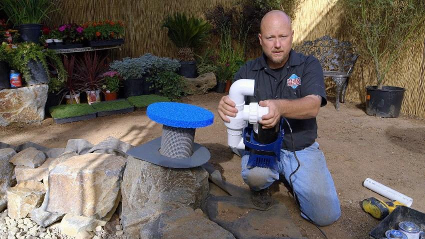 Погружной насос для фонтана монтируют на кирпичную подушку или пьедестал из пластика