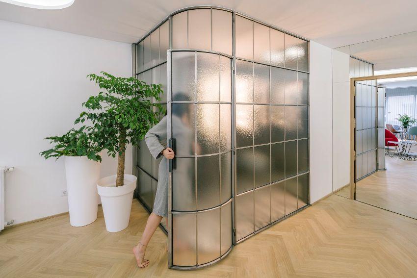 Воздействием на поверхность материала химическим раствором, содержащим плавиковую кислоту, достигается матовость стекла
