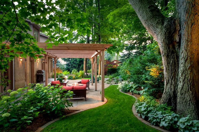 С помощью перголы-навеса можно сделать уютную террасу возле дома