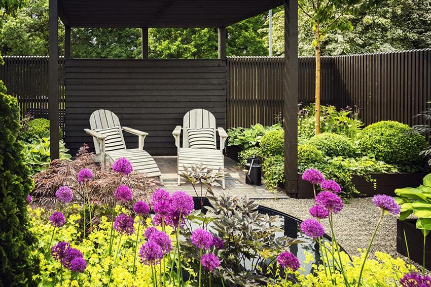 Пергола в виде беседки – отличное место для отдыха с близкими на свежем воздухе
