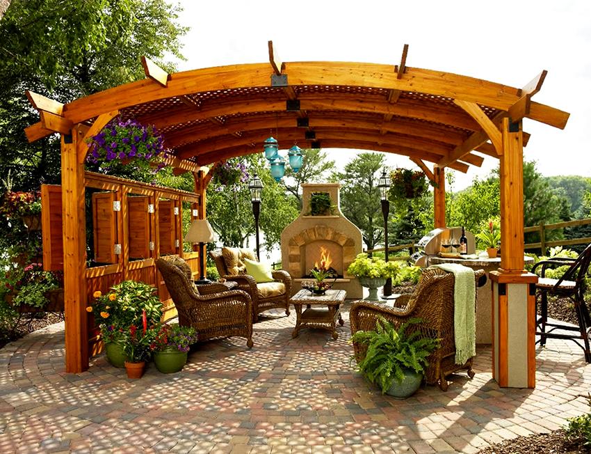 Чтобы пергола-арка из дерева выглядела изящно нужно избегать массивных конструкций