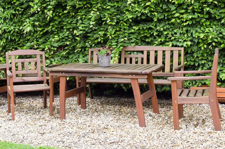 Деревянная садовая мебель обрабатывается специальными средствами, продлевающими их срок службы