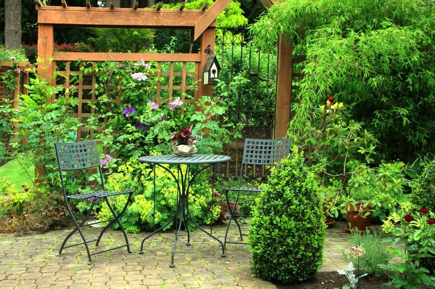 Металлическая садовая мебель стоит дешевле, чем комплект из дерева