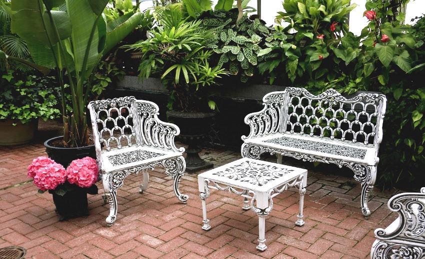 Кованую мебель для сада следует устанавливать на твердую поверхность