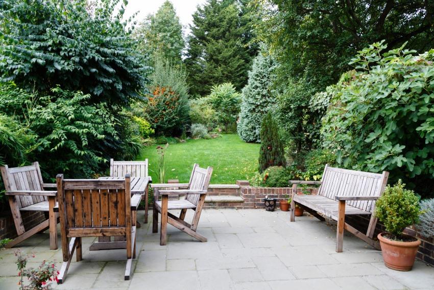 Мебель для сада из акации хорошо выдерживает как жаркую, так и дождливую погоду