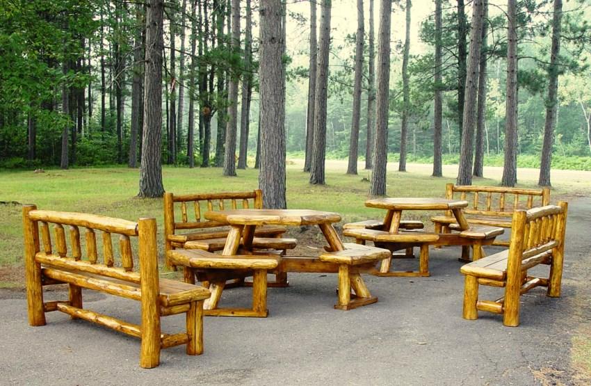 Из бревен можно создать не только лавочки, но и столики для сада