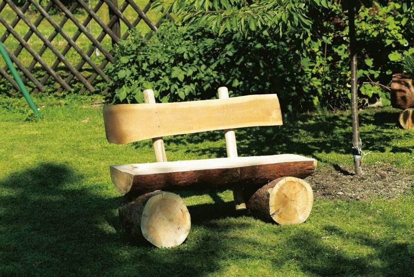 При создании садовой мебели, бревна скрепляются при помощи металлического стержня и клея