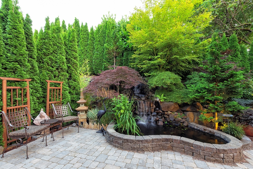 Садовая мебель должна хорошо вписываться в общий стиль участка