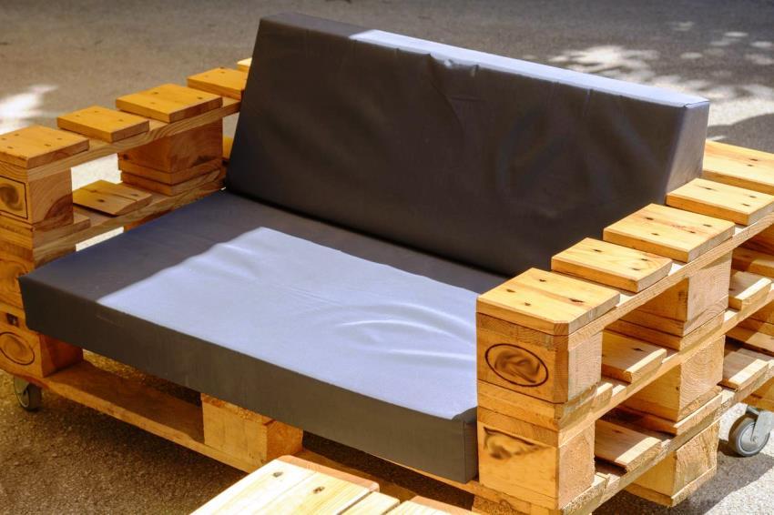 Из обычных поддонов можно создать любую дачную мебель